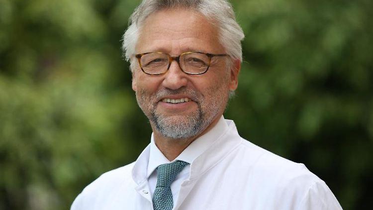 Ärztlicher Direktor des Universitätsklinikums Magdeburg Professor Hans-Jochen Heinze in Magdeburg. Foto: Ronny Hartmann/dpa-Zentralbild/ZB/archivbild