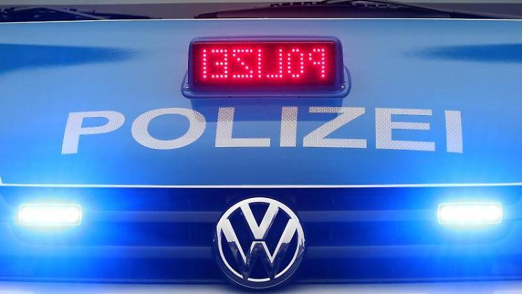 Ein Polizeiwagen ist mit Blaulicht im Einsatz. Foto: picture alliance / dpa/Symbolbild