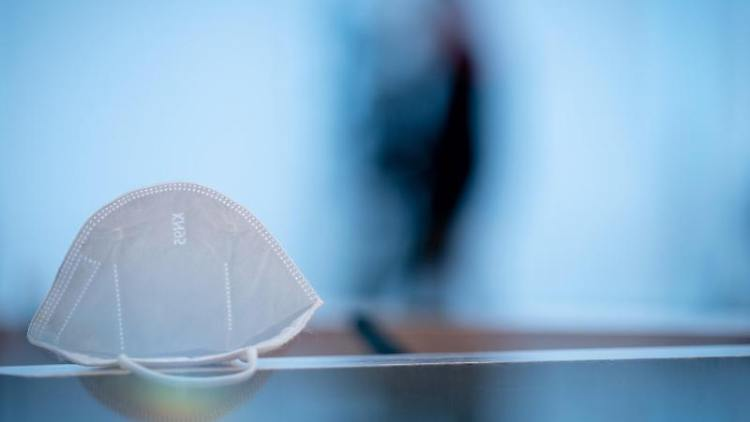 Eine FFP2-Maske liegt auf einem Tisch. Foto: Kay Nietfeld/dpa/Archivbild