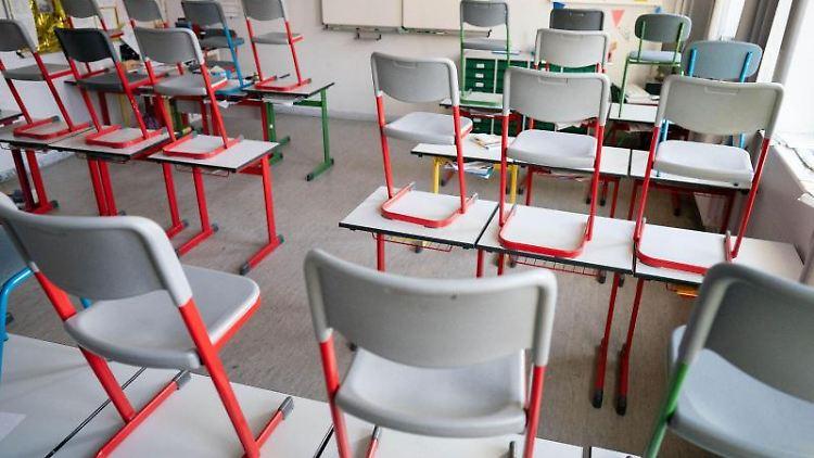 Stühle stehen in einer Schule auf den Tischen. Foto: Kay Nietfeld/dpa/Symbolbild