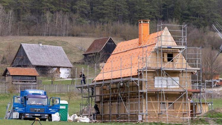 Arbeiter rüsten das neu erworbene Ländliche Wohnhaus um 1550 aus Abtsbessingen ein, das zu den Neuzugängen des Museumsdorfs gehört. Foto: Michael Reichel/dpa-Zentralbild/dpa/Archivbild