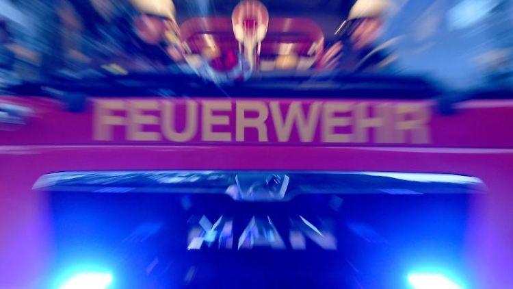 Feuerwehrmänner sind mir ihrem Fahrzeug im Einsatz. Foto: Carsten Rehder/dpa/Symbolbild