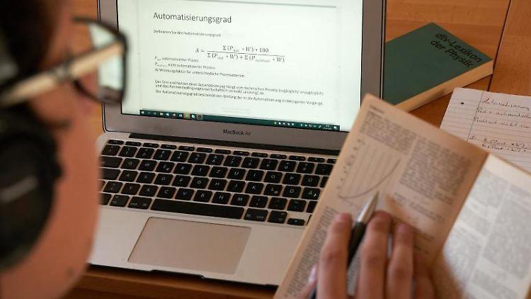 Ein Student bearbeitet ein Arbeitsblatt am Computer. Foto: Thomas Frey/dpa/Archivbild