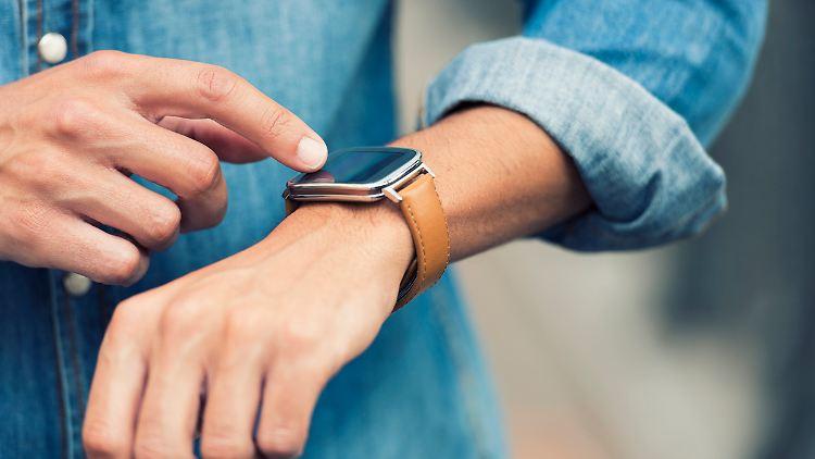Eine Smartwatch zeigt nicht nur die Zeit an, sondern oft auch die Herzfrequenz und eingehende Nachrichten.