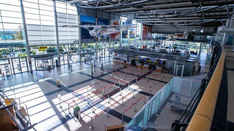 Die Abflughalle des Flughafens Rostock-Laage. Foto: Jens Büttner/dpa-Zentralbild/ZB