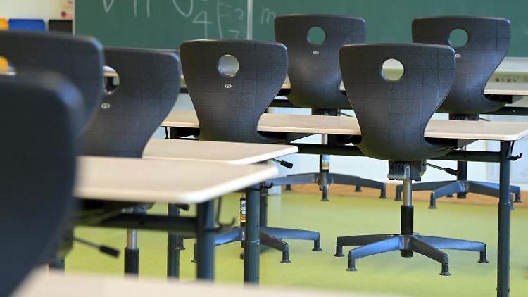 Die Stühle sind in einem leeren Klassenzimmer auf die Schulbänke gestellt. Foto: Soeren Stache/dpa-Zentralbild/dpa/Symbolbild