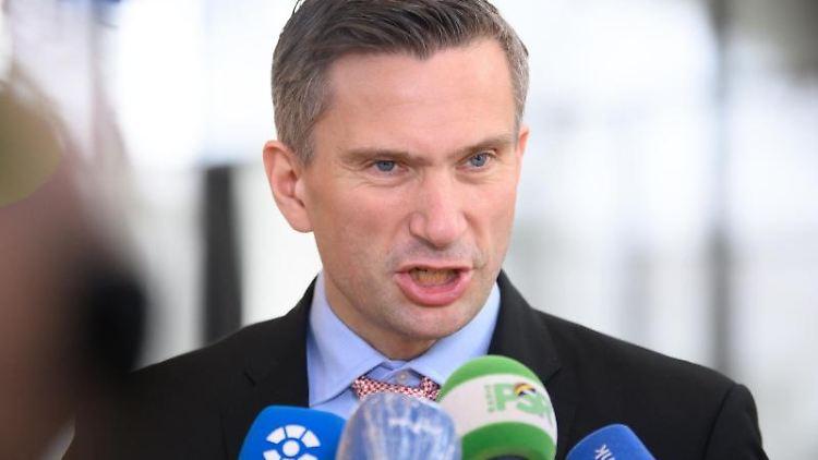 Martin Dulig (SPD), Wirtschaftsminister von Sachsen, gibt ein Pressestatement. Foto: Robert Michael/dpa-Zentralbild/dpa