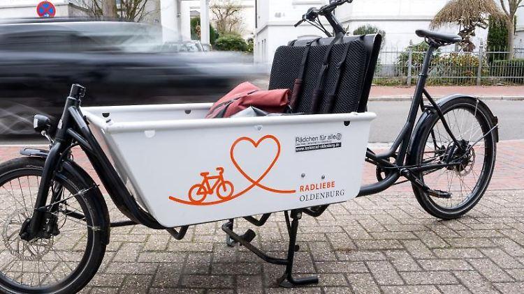 Ein Lastenrad steht in der Innenstadt von Oldenburg. Foto: Sina Schuldt/dpa