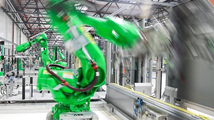Roboter arbeiten in einer Fabrik. Foto: Jan Woitas/dpa-Zentralbild/dpa/Archivbild
