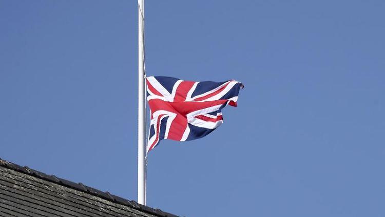 Die britische Flagge hängt zur Ehren des verstorbenen Prinz Philip auf Halbmast. Foto: Scott Heppell/Pool AP/dpa/Archivbild