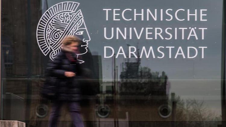 Eine Frau geht an einem Gebäude der Technische Universität(TU)Darmstadt vorbei. Foto: Andreas Arnold/dpa/Archivbild