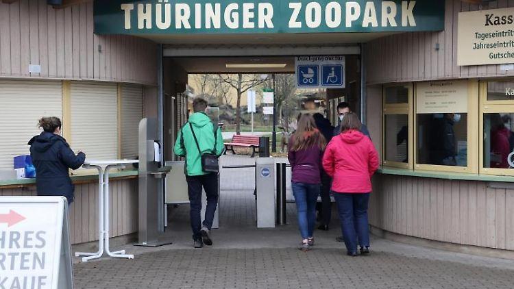 Besucher gehen in den Thüringer Zoopark. Foto: Bodo Schackow/dpa-Zentralbild/dpa