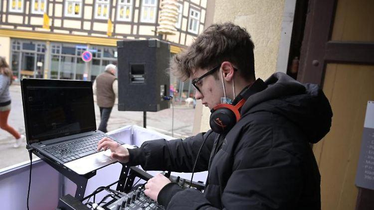 Jan Döbbelin legt als DJ in der Salzwedeler Neutorstraße auf. Foto: Heiko Rebsch/dpa-Zentralbild/dpa