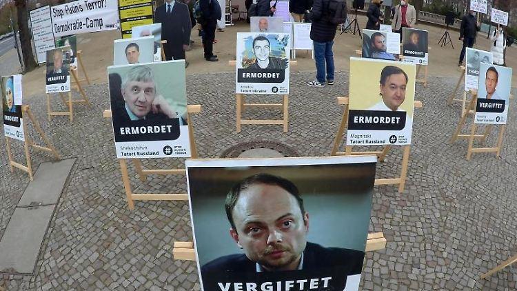 Fotos mit russischen Oppositionellen stehen an der Straße des 17. Juni. Foto: Paul Zinken/dpa-Zentralbild/dpa