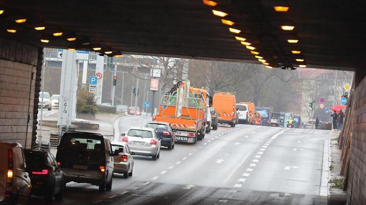 Fahrzeuge eines Autokorsos fahren durch die Erfurter Innenstadt. Foto: Bodo Schackow/dpa-Zentralbild/dpa