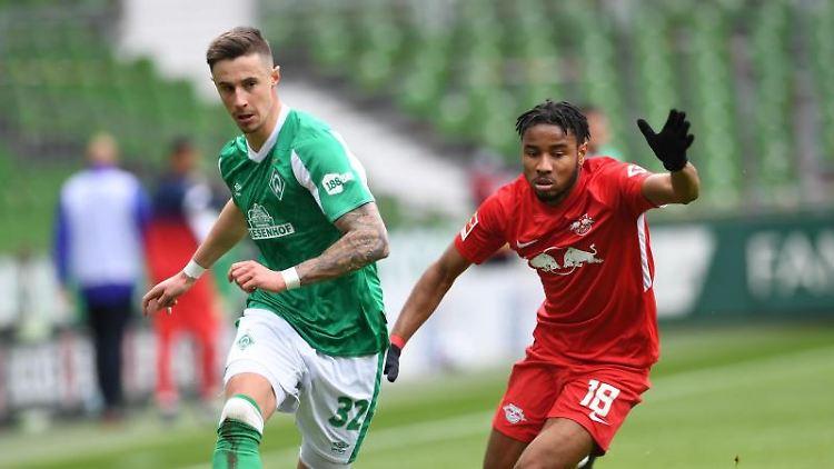 Bremens Abwehrspieler Marco Friedl (l) gegen Leipzigs Mittelfeldspieler Christopher Nkunku. Foto: Carmen Jaspersen/dpa