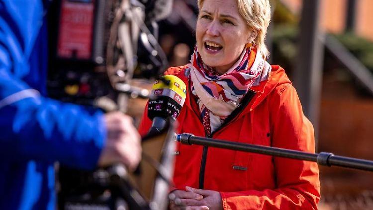 Manuela Schwesig (SPD), Ministerpräsidentin von Mecklenburg-Vorpommern, vor dem Impfzentrum Wismar. Foto: Jens Büttner/dpa-Zentralbild/dpa