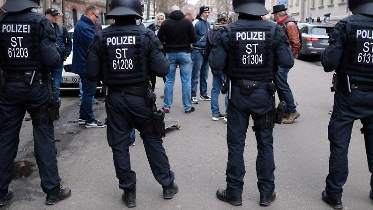 Teilnehmer einer Demonstration von Kritikern der Corona-Politik werden von Polizisten aufgehalten. Foto: Sebastian Willnow/dpa-Zentralbild/dpa