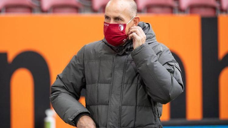 Augsburgs Trainer Heiko Herrlich mit Maske. Foto: Matthias Balk/dpa/Archivbild