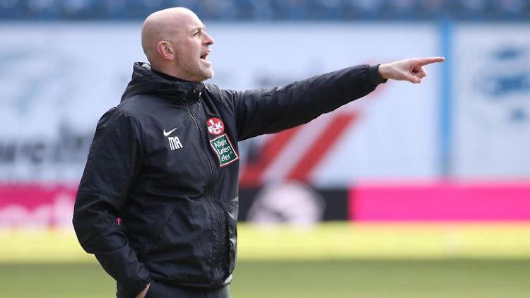 Kaiserslauterns Trainer Marco Antwerpen steht an der Seitenlinie. Foto: Danny Gohlke/dpa