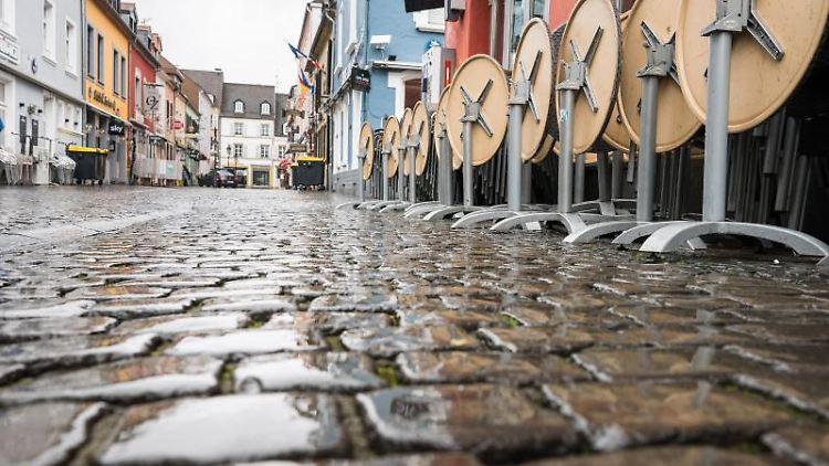 In der Innenstadt in Saarlouis stehen im Außenbereich einer Gastronomie Stühle. Foto: Oliver Dietze/dpa