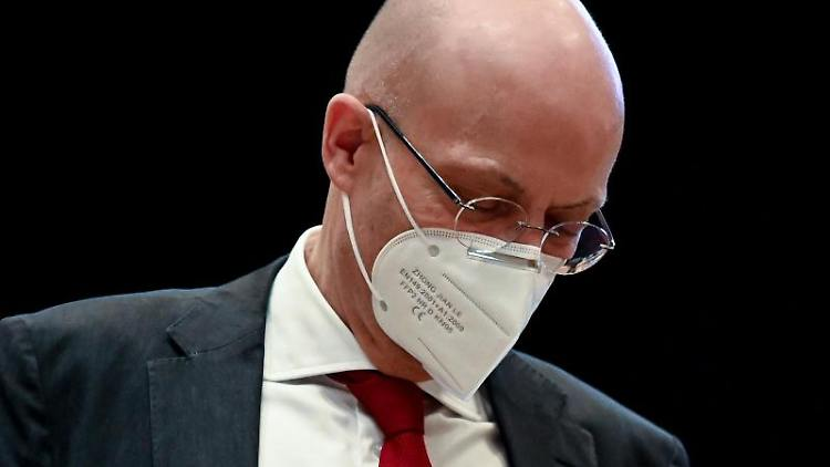 Ist vom Dienst suspendiert worden: Halles Oberbürgermeister Bernd Wiegand. Foto: Hendrik Schmidt/dpa-Zentralbild/dpa