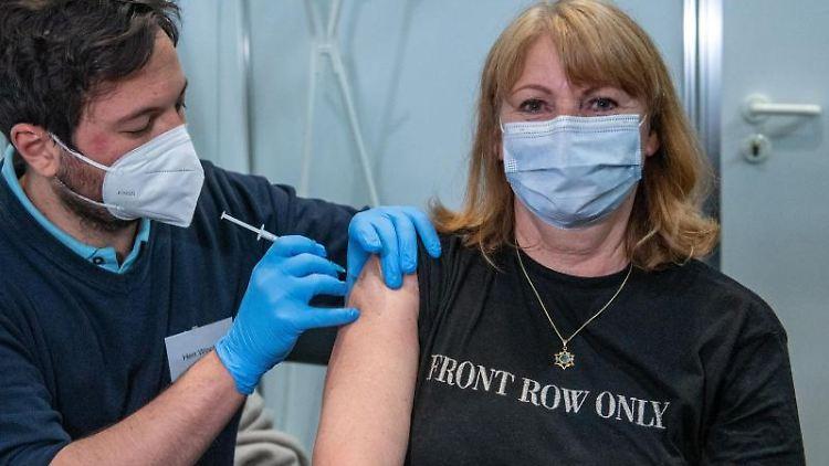 Petra Köpping (SPD) lässt sich impfen. Foto: Hendrik Schmidt/dpa-Zentralbild/dpa