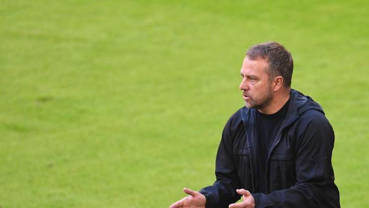 Münchens Trainer Hansi Flick feuert seine Mannschaft an. Foto: Andreas Gebert/Reuters-Pool/dpa