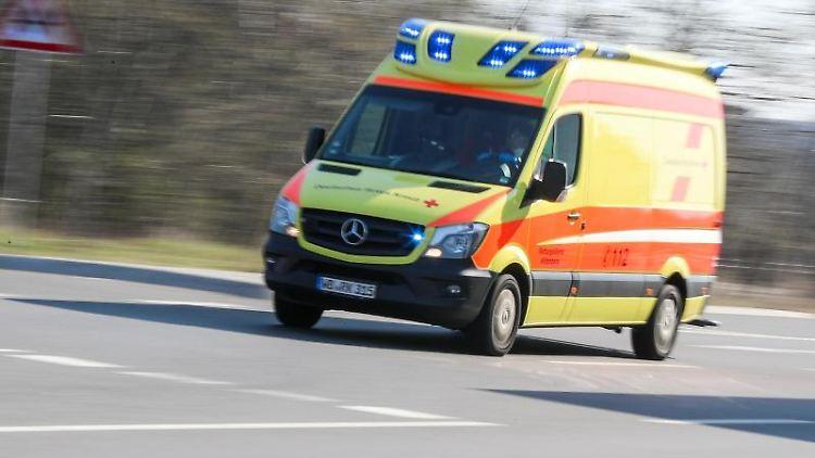 Ein Krankenwagen ist mit Blaulicht imEinsatz. Foto: Jan Woitas/dpa-Zentralbild/dpa/Archivbild