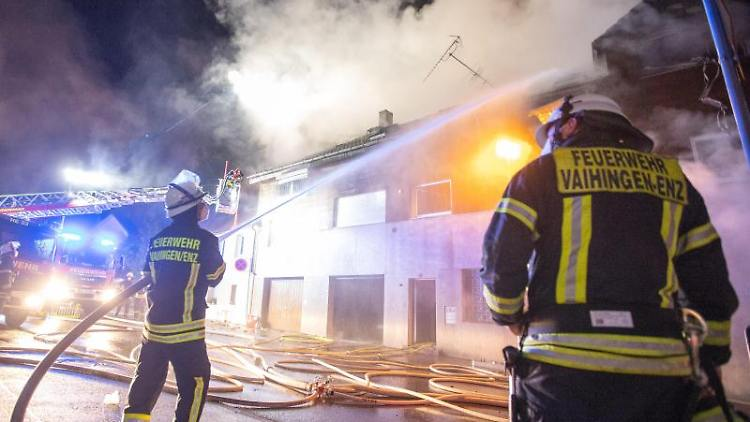 Einsatzkräfte der Feuerwehr löschen das Feuer in einem Dreifamilienhaus. Foto: Simon Adomat/VMD-Images/dpa