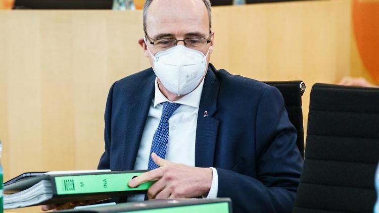 Peter Beuth (CDU) sitzt auf seinem Platz im Plenarsaal. Foto: Andreas Arnold/dpa/Archivbild