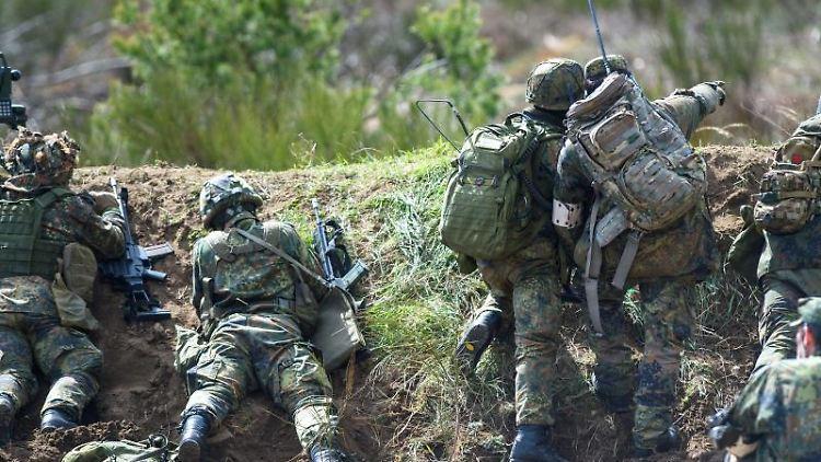 Artillerie-Soldaten liegen während einer Übung auf dem Truppenübungsplatz Altengrabow in einer Stellung. Foto: Klaus-Dietmar Gabbert/dpa-Zentralbild/dpa