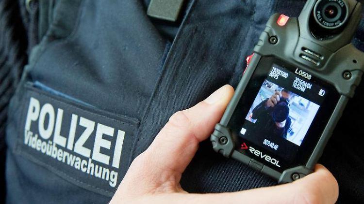 Ein Beamter der Bundespolizei zeigt eine Bodycam zur Videoüberwachung. Foto: Kay Nietfeld/dpa/archivbild
