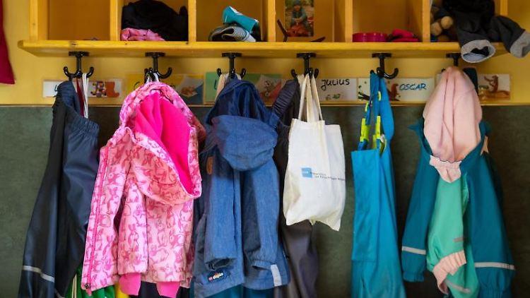 Jacken und Taschen hängen im Eingangsbereich in einem Kindergarten. Foto: Monika Skolimowska/dpa-Zentralbild/dpa/Archivbild