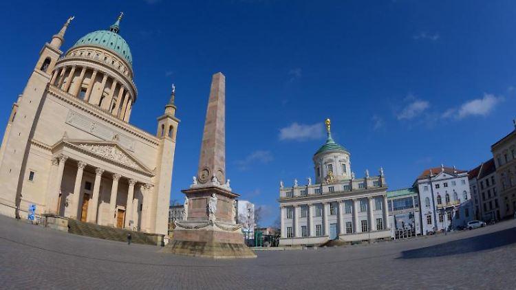 Die Nikolaikirche (l-r) am Alten Markt neben dem Obelisken, dem Potsdam-Museum und dem Museum Barberini. Foto: Soeren Stache/dpa-Zentralbild/ZB/Archivbild