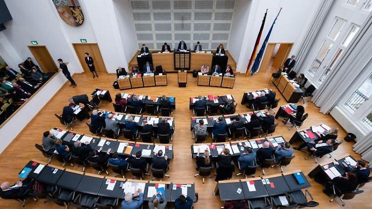 Der Plenarsaal des saarländischen Landtags. Foto: Oliver Dietze/dpa/Archivbild