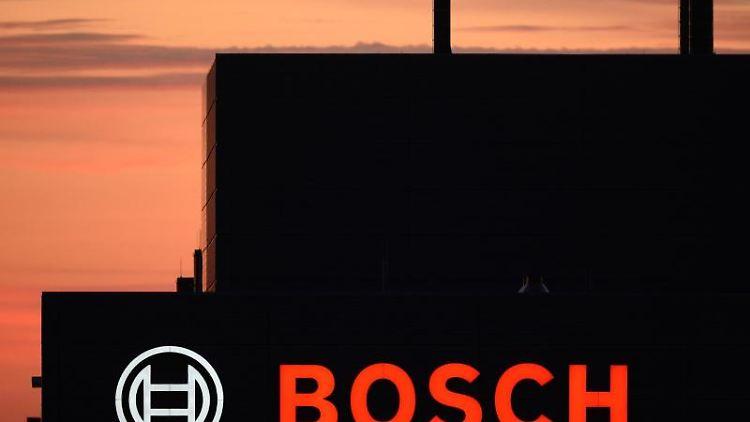 Das Bosch-Logo ist an einer Fabrik zu sehen. Foto: Sebastian Kahnert/dpa-Zentralbild/dpa/Archivbild