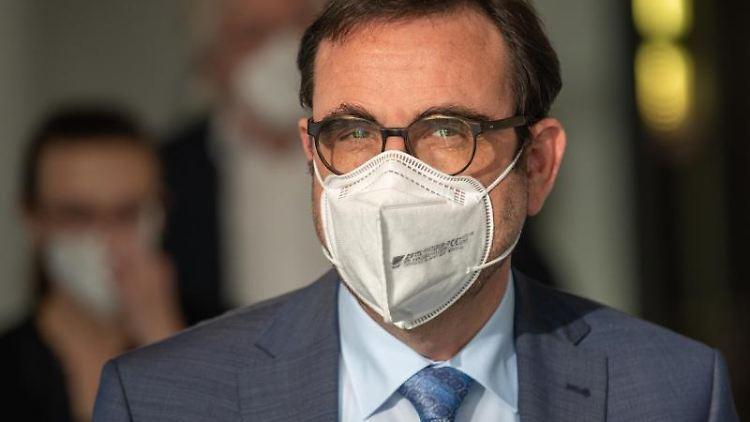Klaus Holetschek (CSU), Staatsminister für Gesundheit und Pflege mit Mundschutz. Foto: Peter Kneffel/dpa/Archivbild