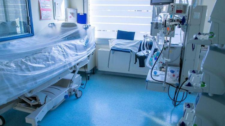 Beatmungsgeräte und Überwachungstechnik stehen in einem Zimmer auf einer Intensivstation. Foto: Jens Büttner/dpa-Zentralbild/dpa/Symbolbild