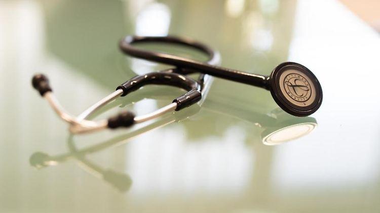 Ein Stethoskop liegt im Behandlungszimmer eines Arztes. Foto: Frank Rumpenhorst/dpa/Archivbild