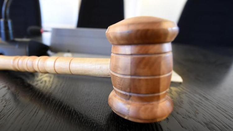 Auf der Richterbank liegt am ein Richterhammer aus Holz. Foto: Uli Deck/dpa/Illustration/Symbolbild