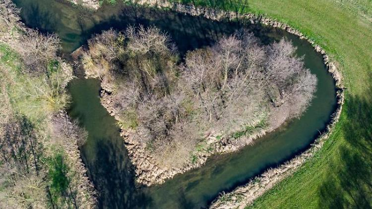 Die Große Laaber fließt um eine Insel in Form von einem Herz. Foto: Armin Weigel/dpa