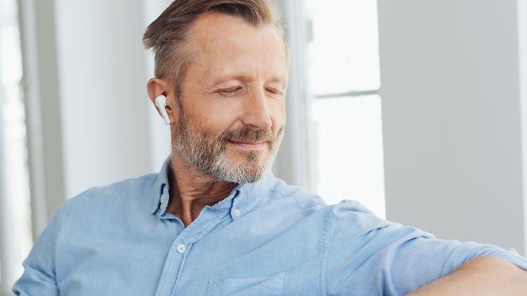 Beim Active-Noise-Cancelling nimmt ein Mikrofon Umgebungsgeräusche auf und sendet Schallwellen zurück, sodass sich die Töne neutralisieren.