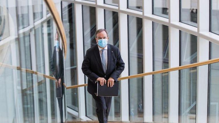 Armin Laschet (CDU), Ministerpräsident von Nordrhein-Westfalen und Parteivorsitzender, kommt über eine Treppe in den Landtag. Foto: Rolf Vennenbernd/dpa/Aktuell