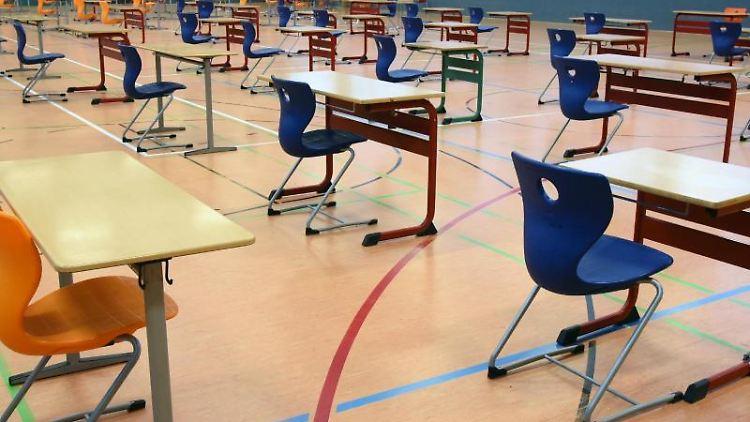 Eine Turnhalle für Abiturprüfung. Foto: Waltraud Grubitzsch/dpa-Zentralbild/dpa/Archivbild