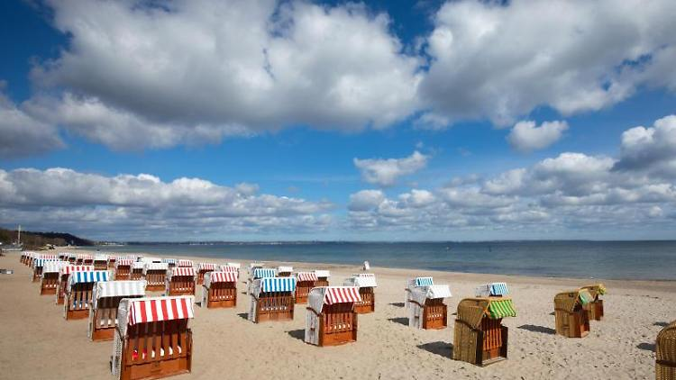 Strandkörbe stehen auf einem Strand an der Ostsee. Foto: Christian Charisius/dpa/Archivbild
