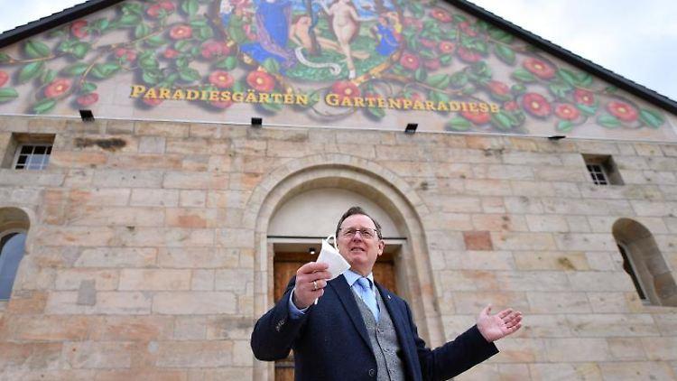 """Bodo Ramelow (Die Linke), Ministerpräsident von Thüringen, gestikuliert während der Vorbesichtigung der Ausstellung """"Paradiesgärten – Gartenparadiese"""". Foto: Martin Schutt/dpa-Zentralbild/dpa/Aktuell"""