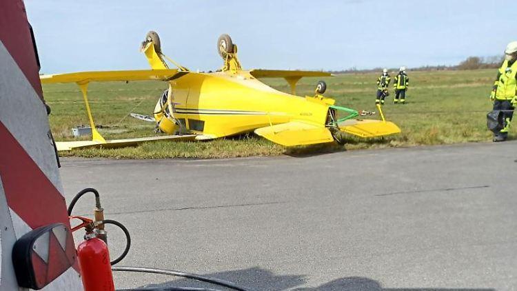 Der abgestürzte, historische Doppeldecker liegt auf dem Flugplatz Leer-Papenburg. Foto: -/Feuerwehr Landkreis Leer/dpa/Handout