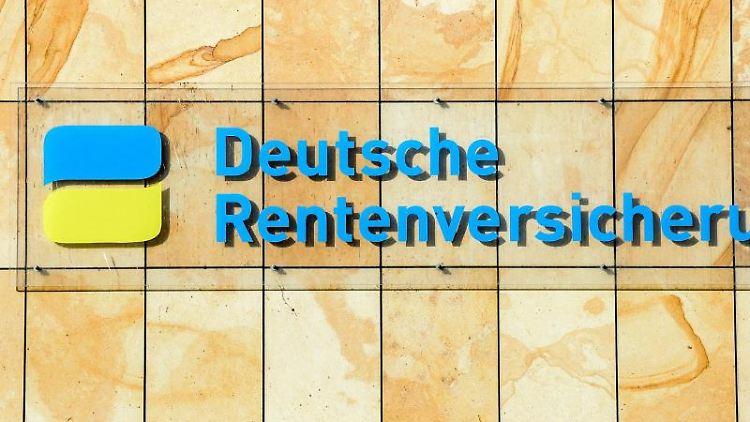 Der Schriftzug Deutsche Rentenversicherung ist zu sehen. Foto: Jens Kalaene/dpa-Zentralbild/dpa/Archivbild