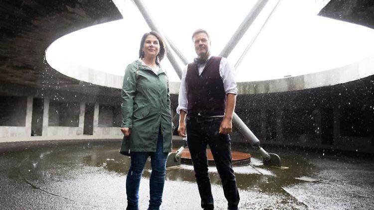 Die Grüne-Bundesvorsitzender Robert Habeck (r) und Annalena Baerbock. Foto: Christian Charisius/dpa/Archivbild